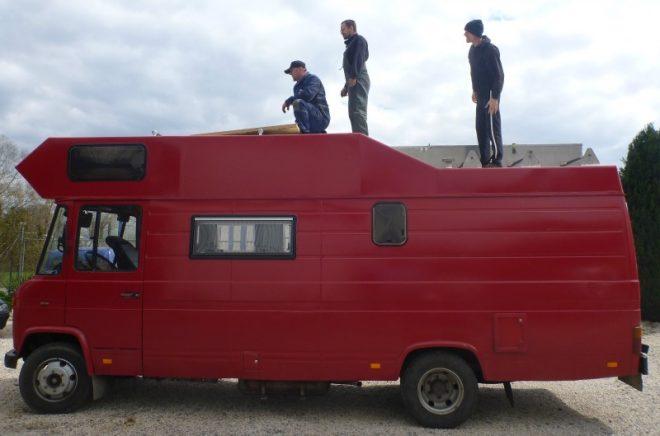 Drei Männer, eine Aufgabe. Die Panels müssen aufs Dach ...