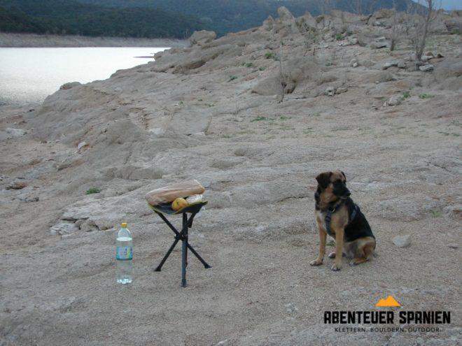 Outdoor-Stillleben: Mein Essen - mein Hocker - mein Hund