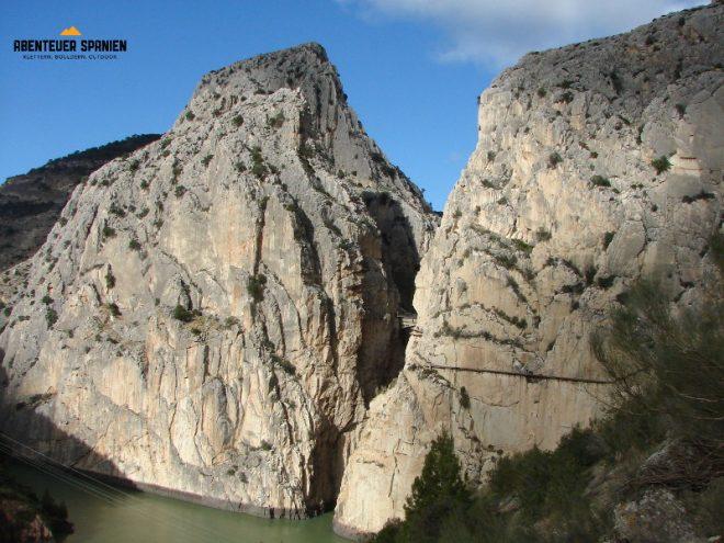 Ein schmaler Weg am großen Fels.