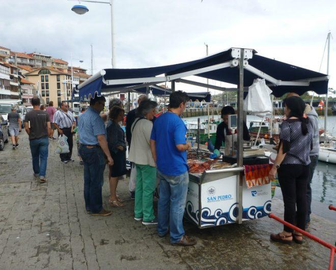 Ein Fischverkäufer im baskischen Leketitio