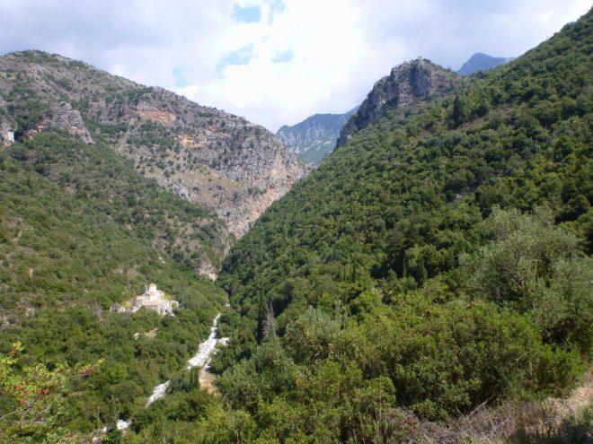 Links zwischen den Bäumen liegt das Kloster
